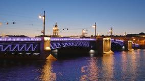 Upplyst slottbro över floden Neva i St Petersburg, Ryssland lager videofilmer