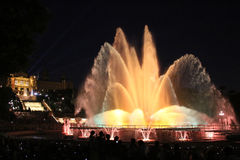 Upplyst springbrunn i Barcelona Fontana Magica Royaltyfri Foto