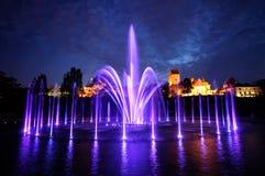 Upplyst springbrunn på natten i Warszawa. Polen Royaltyfri Bild