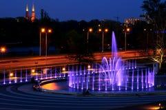 Upplyst springbrunn på natten i Warszawa. Polen Royaltyfria Foton