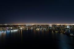 Upplyst stad över fjärden Royaltyfri Foto