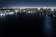 Upplyst stad över fjärden Fotografering för Bildbyråer