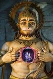 Upplyst staty av Hanuman som visar Rama och Sita Royaltyfri Fotografi