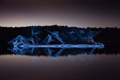 Upplyst symmetri reflekterad på sjön Arkivfoto