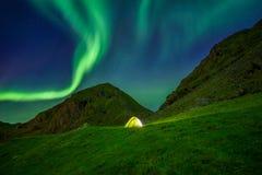 Upplyst tält i Norge med de nordliga ljusen uppe i luften fotografering för bildbyråer