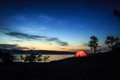 Upplyst tält med reflexion royaltyfri bild