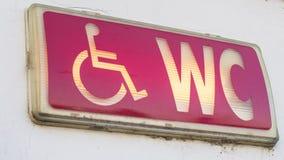 Upplyst tecken för handikapptoalett Arkivbilder