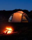 Upplyst tent och campfire arkivbild