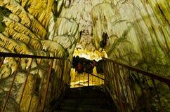 Upplyst underjordisk korridor till och med grottan med mycket härliga garneringar fotografering för bildbyråer