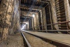 Upplyst underjordisk tunnel i en min Arkivfoto