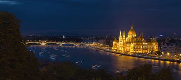 Upplyst ungersk parlament på natten royaltyfria foton