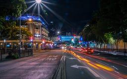 Upplyst väg för natt i stad arkivbild