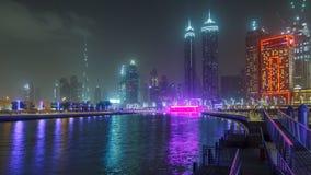 Upplyst vattenfall på den Sheikh Zayed Bridge timelapsen, del av den Dubai vattenkanalen Dubai United Arab Emirates lager videofilmer