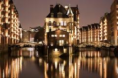 Upplyst vattenslott i Hamburgs gammalt lagerområde royaltyfri bild