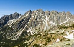 Upplyst vid strålarna av solkanten i den höga Tatrasen - baszt för kantBastgranen, hreben Bast Royaltyfria Foton