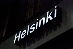 Upplyst vitt tecken på mörker med bokstäverna av Helsingfors, Finland Fotografering för Bildbyråer