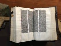 Upplyst Vulgate fackbibel som öppnas till Romans arkivbilder