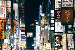 Upplysta affischtavlor och neontecken på det Shinjuku Kabukicho underhållningområdet på natten i Tokyo, Japan royaltyfri foto