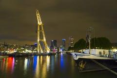 Upplysta gamla kranar och moderna kontorsbyggnader på natten i historisk hamn av Rotterdam Royaltyfri Foto