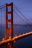 Upplysta Golden gate bridge på skymning, San Francisco Arkivbilder