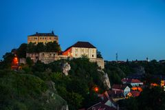 Upplysta gränsmärken av slottkullen på natten i Veszprem, Ungern Royaltyfri Fotografi
