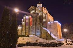 Upplysta guld- portar på vinternatten Denna port var den huvudsakliga ingången till den Kyiv staden i det 11th århundradet Kyiv U royaltyfri foto