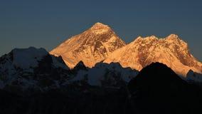 Upplysta maxima av Mount Everest och Lhotse arkivbild