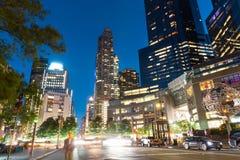 Upplysta New York City på nattetid, royaltyfri fotografi