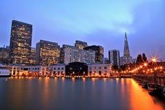 Upplysta San Francisco Downtown på skymning arkivfoto