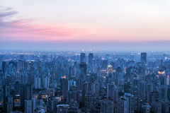 Upplysta Shanghai skyskrapor Arkivbilder