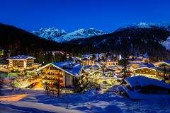 Upplysta Ski Resort av Madonna di Campiglio i morgonen Arkivfoto