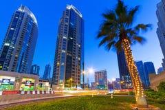 Upplysta skyskrapor av den Dubai marina på natten Arkivfoton
