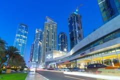 Upplysta skyskrapor av den Dubai marina på natten Royaltyfria Bilder