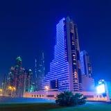 Upplysta skyskrapor av den Dubai marina på natten Royaltyfri Bild