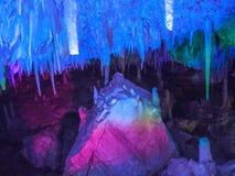 Upplysta stalaktit och stalagmit i den Ngilgi grottan i Yallingup Arkivbilder