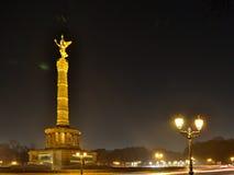 Upplysta Victory Column Siegesseule på natten med glänsande gatalampor i Berlin Fotografering för Bildbyråer