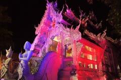Upplysta Wat Sri Suphan Silver Temple i Chiang Royaltyfri Foto