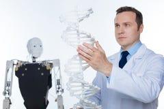 Uppmärksam allvarlig forskare som studerar molekylen av DNA:t Royaltyfri Fotografi