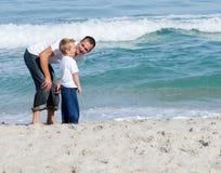 Uppmärksam fader som talar med hans barn Arkivbilder