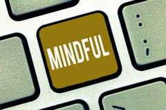 Uppmärksam handskrifttext Begreppet som betyder medvetet medvetent av något, lutade ned villigt att göra meditation arkivbild