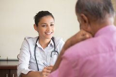 Uppmärksam sjukvårdprofessionell arkivbilder