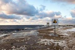 Uppmärksamhet undertecknar nära havet med stormigt väder Royaltyfri Foto
