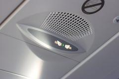 Uppmärksamhetmeddelandet för passagerare fäster ditt säkerhetsbältetecken på informationsbräde inom flygplankabinen arkivfoton