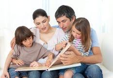 uppmärksamt läsa för barnföräldrar som är deras Arkivfoto
