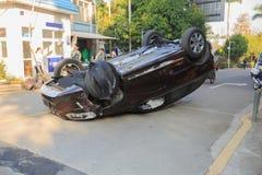 Uppochnervänd bil som av en slump vänds Arkivfoton