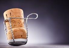 Uppochnervänd kork med knuten upp metalltråd Arkivfoto