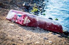 Uppochnervänd roddbåt på den Marmara sjösidan - Turkiet royaltyfri fotografi