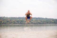 Uppochnervänt öva på stranden fotografering för bildbyråer