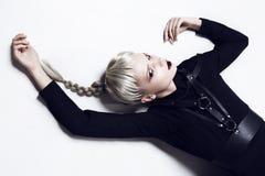 Uppochnervänt fashion ladyen Royaltyfri Foto