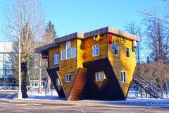 Uppochnervänt hus i den ryska utställningmitten i Moskva Royaltyfria Foton